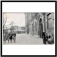 У здания старой школы, 50-е гг